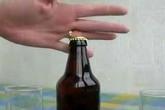 Dùng nhẫn vàng mở nắp chai bia